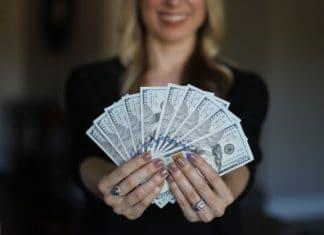 Женщина зарабатывает больше мужчины
